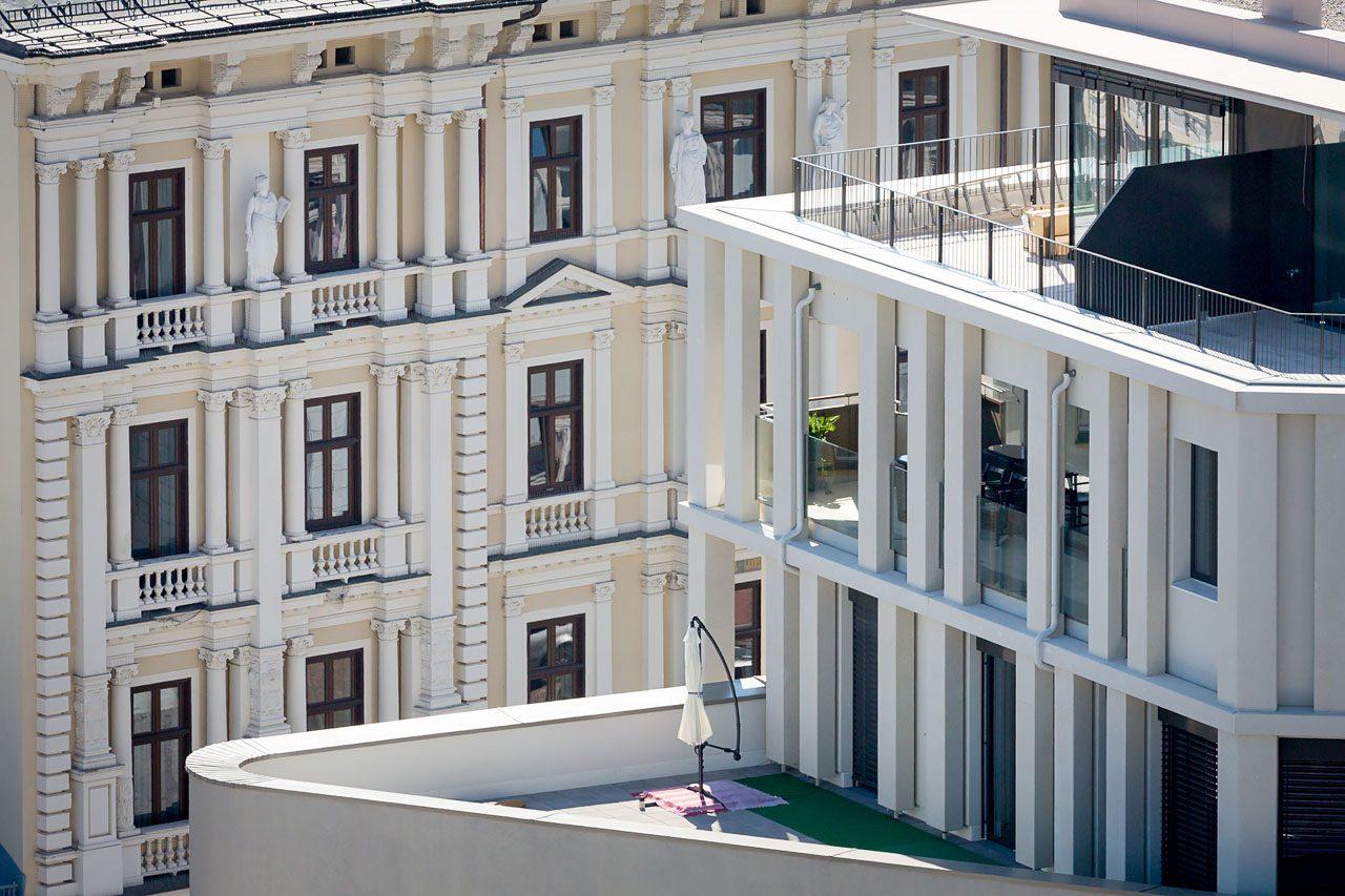 Die moderne Strukturfassade des HGP9 im Kontrast zu der mittels Säulen, Pilastern und Gesimsen sehr plastisch gegliederten Fassade des gegenüberliegenden Palazzo Candolini