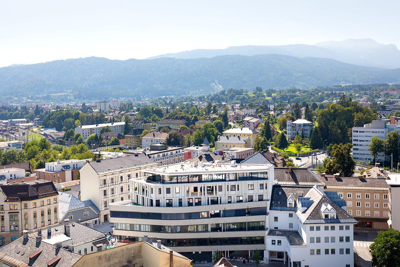 Blick vom Villacher Stadtpfarrturm auf das HGP9 Gebäude